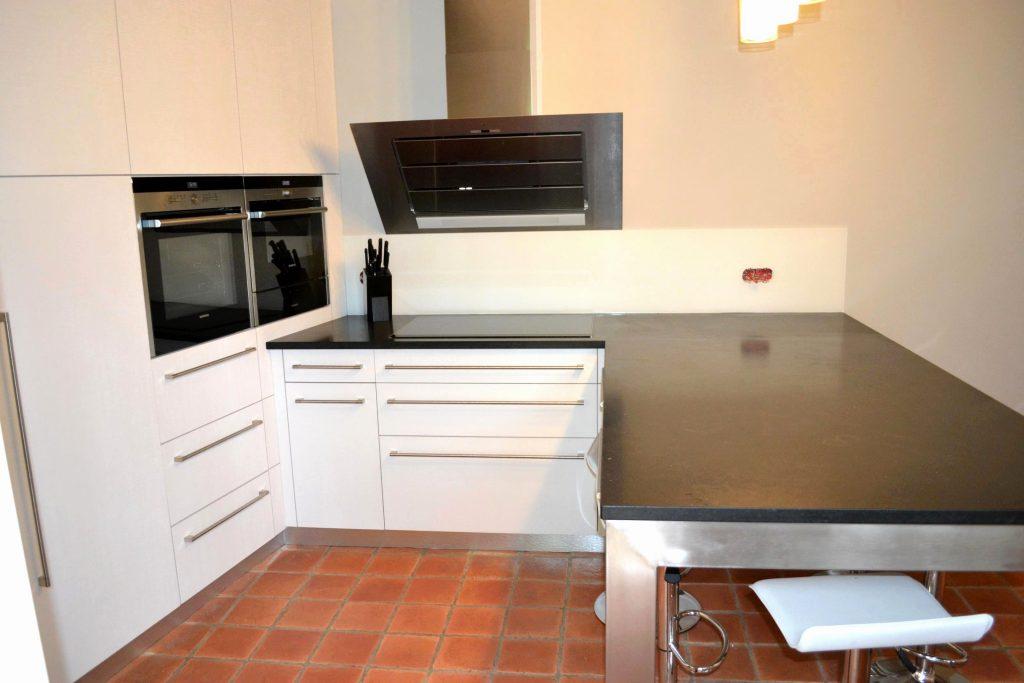 cuisine blanc brillant et plan de travail noir livraison. Black Bedroom Furniture Sets. Home Design Ideas