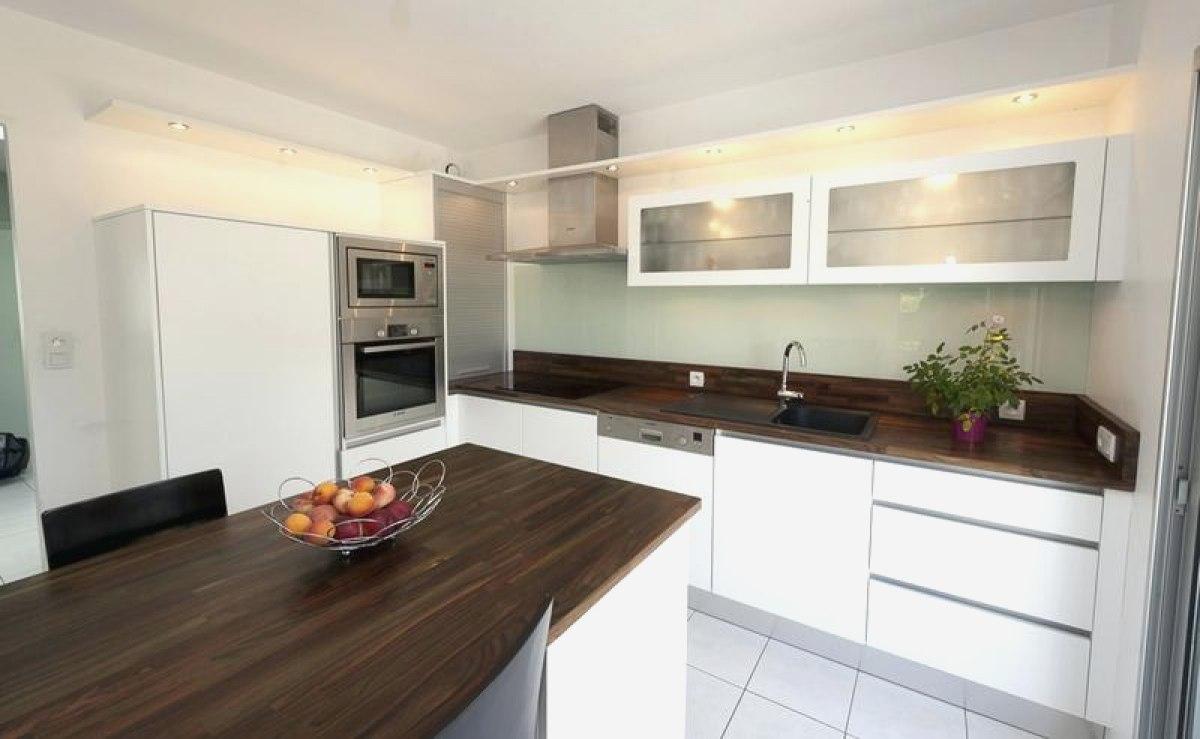 Cuisine blanche plan de travail marron livraison - Cuisine blanche avec plan de travail bois ...
